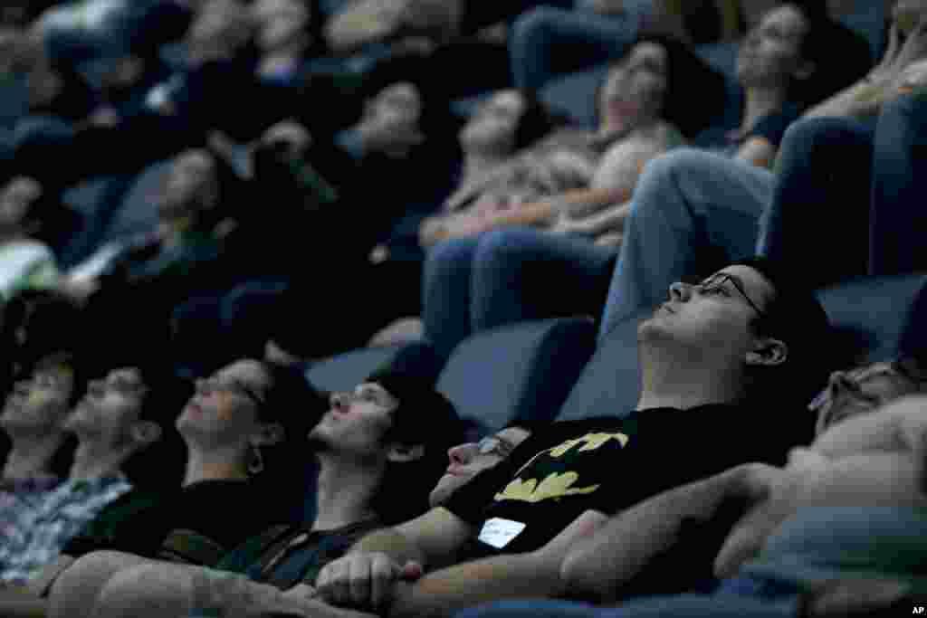 El público mira el estreno de Batman: El caballero de la noche asciende, en Jersey City, Nueva Jersey.