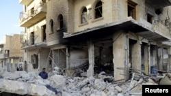 지난 7일 시리아 이들리브 시에 정부군의 공습이 있은 후 마을이 폐허가 되었다.