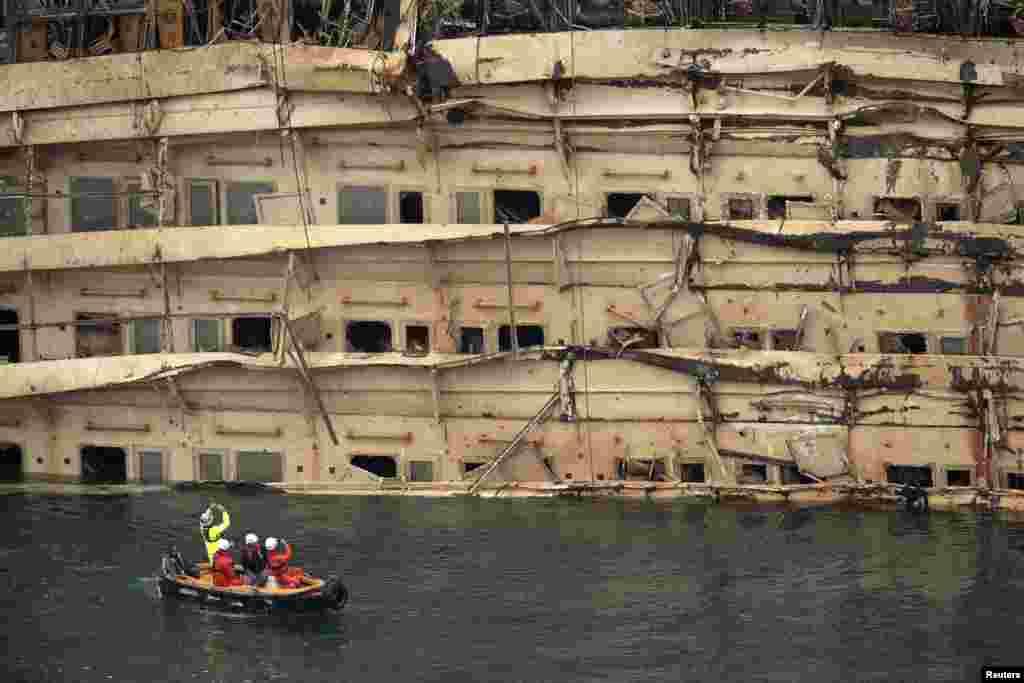 Một bên tàu du lịch Costa Concordia bị hư hại được nhìn thấy sau khi chiếc tàu được kéo trở lại vị trí thẳng bình thường sau hơn một năm trời lật nghiêng vì đụng phải đá ngầm gần đảo Giglio.