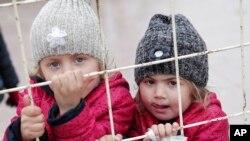 Anak-anak pengungsi Suriah menunggu kembali ke negaranya di perbatasan Turki dan Suriah di pinggiran Kilis, Turki tenggara (11/2). (AP/Lefteris Pitarakis)