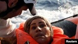 Seorang migran diselamatkan LSM bermarkas di Malta, Stasiun Bantuan Migran Lepas Pantai atau Migrant Offshore Aid Station (MOAS), setelah ditemukan terdampar di sebuah kapal kayu di Mediterania tengah, utara Sabaratha di pantai Libya, 5 April 2017.