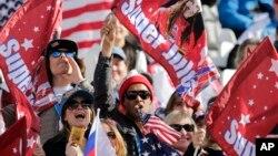 Para penonton pendukung atlet ski AS Julua Mancuso di Sochi (10/2). (AP/Gero Breloer)