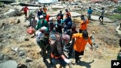 Tim penyelamat mengangkut jenazah korban tewas di Palu, Sulawesi Tengah (foto: dok). Jumlah korban tewas akibat gempa dan tsunami di 4 wilayah Sulawesi Tengah mencapai 1.571 orang hingga Jumat (5/10).