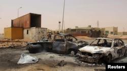 Une partie des dégâts causés par un attentat-suicide à la voiture à un barrage près de Misrata, en Libye, 21 mai 2015.
