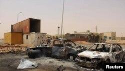 Mobil-mobil yang rusak setelah ledakan bom bunuh diri dekat Misrata, Libya, 21 Mei 2015. (Foto: dok.)