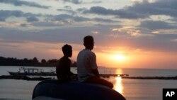 Para wisatawan menyaksikan keindahan pemandangan matahari terbenam di Lombok Utara, 10 Agustus 2018.