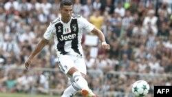 L'attaquant portugais, Cristiano Ronaldo, marque lors du match amical opposant la Juventus A et la Juventus B à Villar Perosa, le 12 août 2018