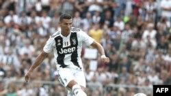 L'attaquant portugais de la Juventus, Cristiano Ronaldo, marque lors d'un match amical à Villar Perosa, le 12 août 2018 à Villar Perosa.