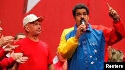 El presidente en disputa de Venezuela, Nicolás Maduro, (derecha) habla junto al general retirado Hugo Carvajal, en Caracas, el 27 de julio, de 2014.