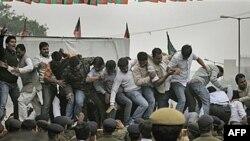Các thành viên của đảng đối lập Bharatiya Janata hô khẩu hiệu chống chính phủ trong lúc họ đạp lên hàng rào chắn của cảnh sát tại New Delhi