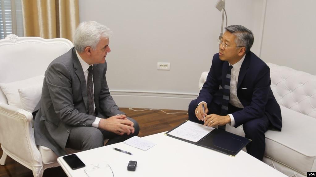 Ministri i brendshem shqiptar Fatmir Xhafaj me ambasadorin Donald Lu