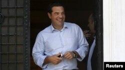 Thủ tướng Hy Lạp rời văn phòng ở Athens hôm 20/8/2015. Các thành viên trong đảng cầm quyền của ông đang thành lập một đảng mới.