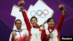 Para pemenang cabang olah raga menembak berpose seusai penerimaan medali mereka di hari pertama pelaksanaan Olimpiade London 2012. Dari kiri: Sylwia Bogacka (Polandia) peraih medali perak, Yi Siling (Tiongkok) peraih medali emas, dan Yu Dan (Tiongkok) pe