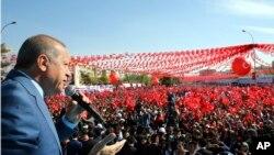 Presiden Turki Recep Tayyip Erdogan menyampaikan sambutan di hadapan para pendukungnya dalam kampanye untuk referendum Turki di Sanliurfa, Turki, 11 April 2017. (Kayhan Ozer/Presidential Press Service, Pool Photo via AP)