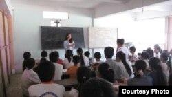 Lớp học tiếng Anh của các em học sinh nghèo ở giáo xứ Cầu Rầm