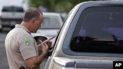 El fallo de una corte de Arizona anula la política estatal de negar licencias de conducir a inmigrantes.