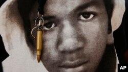 """Una imagen de Trayvon Martin con un llavero de bala en Los Angeles. Los jurados dijeron que su muerte """"pesó"""" en sus corazones."""