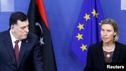 파예즈 사라지(왼쪽) 리비아 총리와 페데리카 모게리니 유럽연합(EU) 외교· 안보 고위대표가 2일 벨기에 브뤼셀에서 공동기자회견을 진행하고 있다.
