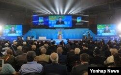 27일 서울 올림픽공원 핸드볼경기장에서 열린 '정전협정 64주년 및 유엔군 참전의 날' 기념식에서 이낙연 한국 국무총리가 기념사를 하고 있다.