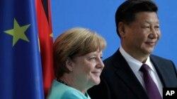 앙겔라 메르켈 독일 총리(왼쪽)와 시진핑 중국 국가주석이 5일 베를린에서 정상회담에 이어 언론성명을 발표했다.
