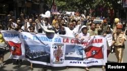 Người Việt Nam xuống đường biểu tình chống Trung Quốc tại Hà Nội, ngày 22/7/2012