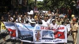 Người Việt Nam tiếp tục xuống đường biểu tình chống Trung Quốc tại Hà Nội, ngày 22/7/2012