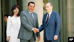 L'ancien président français François Mitterrand, et son homologue égyptien Hosni Mubarak, à gauche, à Paris, France, le 11 juillet 1994.