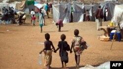 Tiga anak pengungsi bergandengan tangan di kamp pengungsi yang didirikan Misi PBB untuk Sudan Selatan di Juba (9/1/2014).