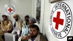 Beberapa warga Afghanistan antri di depan kantor Palang Merah di Kabul, Afghanistan (foto: dok).