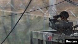 지난 2013년 비무장지대 인근에서 한국 군이 경계근무를 서고 있다. (자료사진)