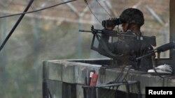 지난 4월 비무장지대 한국 측 초소에서 경계 근무 중인 군인이 망원경으로 북한 지역을 살피고 있다.