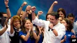 24일 중앙 아메리카 온두라스 대통령 선거에서 여야 후보가 모두 승리를 선언했다. 올란도 에르난데스 국민당 후보가 중간 개표 결과 승리를 발표하고 있다.