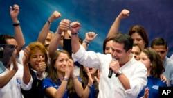 Ứng cử viên tổng thống đảng đương quyền Juan Orlando Hernandez nói chuyện với các ủng hộ viên