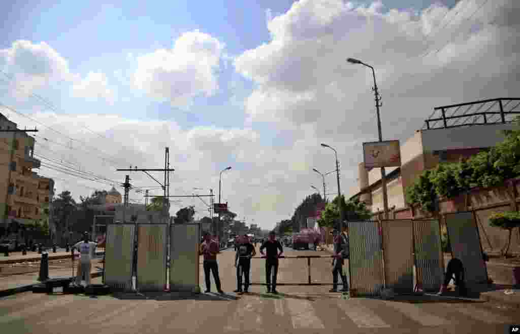 Opponents of Egypt's President Mohamed Morsi guard the entrances of the presidential palace in Cairo, Egypt, July 2, 2013.