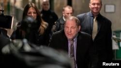 A Weinstein, de 67 años, (en la foto, conducido a la Corte en Nueva York) más de 80 mujeres lo han acusado de comportamiento sexual inapropiado.