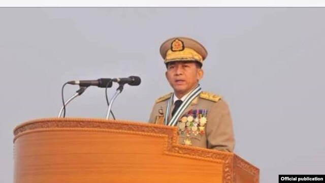 ၇၁ ႏွစ္ေျမာက္ တပ္မေတာ္ေန႔စစ္ေရးျပအခမ္းအနားတြင္ မိန္႔ခြန္းေျပာေနသည့္ တပ္မေတာ္ကာကြယ္ေရးဦးစီးခ်ဳပ္ ဗိုလ္ခ်ဳပ္မွဴးႀကီးမင္းေအာင္လိႈင္။ (Photo: Senior General Min Aung Hlaing Facebook)