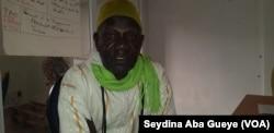 Dame Seck, secrétaire-général de la Fédération nationale des associations de parents d'élèves à Dakar, le 12 avril 2018. (VOA/Seydina Aba Gueye)
