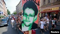 Ông Snowden, 30 tuổi, khẳng định rằng ông không hề có sự giúp đỡ nào của bất cứ ai, lại càng không có sự giúp đỡ của một chính phủ nào