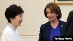 박근혜 한국 대통령이 2일 청와대를 방문한 낸시 펠로시 미국 하원 민주당 원내대표를 만나 악수하고 있다.
