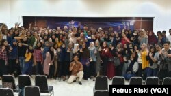 Para peserta seminar dan kampanye anti hoaks di kampus Politeknik Unversitas Surabaya sepakat menolak dan melawan hoaks
