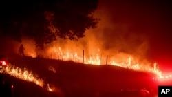 加利福尼亚消防人员在加州马里波萨附近同熊熊的大火搏斗。(2017年7月18日)