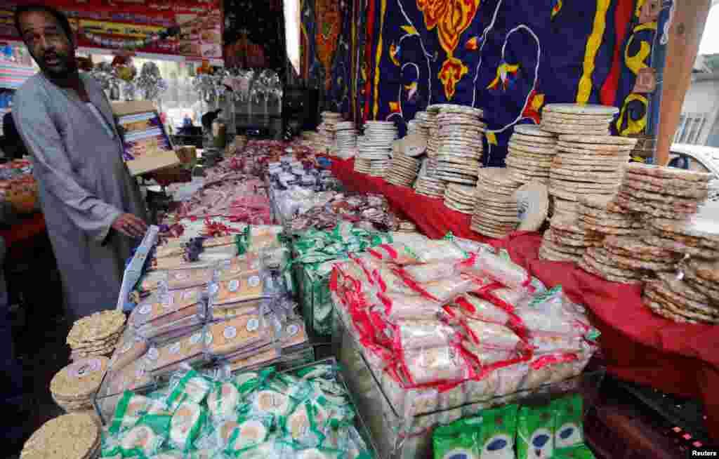 افزایش فروش شیرینی و عروسکهای سنتی در بازار قاهره در مصر چند روز پیش از میلاد پیامبر اسلام.