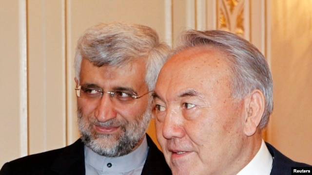 Tổng thống Kazakhstan Nursultan Nazarbayev (phải) và thương thuyết gia trưởng về hạt nhân của Iran Saeed Jalili tại Almaty, Kazakhstan, ngày 25/2/2013.