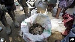 Des hommes debout autour d'un sac de cassitérite à Walikale, Congo (2010 (2010))