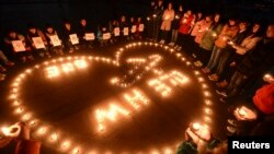 3月14日,一群大學生在江蘇點燃了蠟燭,為失踪的馬航乘客祈禱。