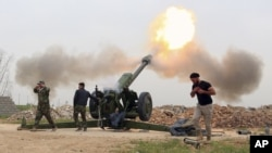 지난달 26일 이라크 정부군이 모술 인근 지역에서 모술 시를 점령하고 있는 수니파 무장단체 ISIL을 향해 포를 쏘고 있다. (자료사진)