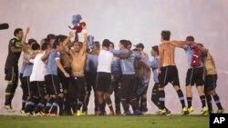 Jugadores uruguayos celebran su clasificación a la Copa del Mundo 2014.