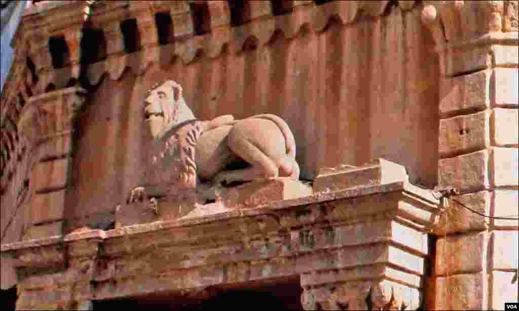 """کراچی کے مشہور مگر اب متروکہ سنیما """"نگار"""" کی عمارت کے ایک دروازے پر موجود شیر کا مجسمہ جس پر اب پینٹ کردیا گیا"""