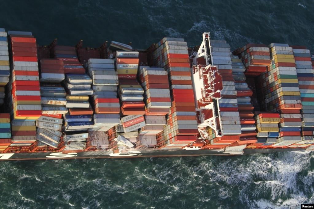 독일의 섬 볼쿰(Borkum) 인근에서 운항중인 컨테이너 선박 'MSC ZOE'에 실린 화물들이 조류에 의해 바다로 떨어지고 있다.