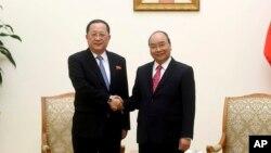 Bộ trưởng Ngoại giao Triều Tiên Ri Yong Ho (trái) bắt tay Thủ tướng Nguyễn Xuân Phúc trong cuộc gặp tại Hà Nội vào ngày 1/12/2018.